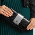 Šedá a černá kožená peněženka