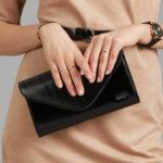 Černá lakovaná dámská spojková taška