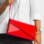 Podlouhlá spojková taška s červeným klopou