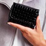 Černá peněženka s reliéfním geometrickým vzorem