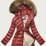 Lesklá zimní bunda ve vínové bordó barvě s mechovitým kožíškem (W674)