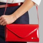 Červená spojková taška vyrobená z ekologické kůže