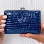 Reliéfní dámská modrá peněženka