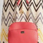 Malá červená taška přes rameno