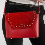 Kožená poštovní taška s červenými cvočky