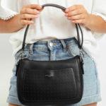 Černá kabelka s prolamovanou kapsou