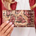 Červená vzorovaná kožená peněženka