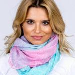 Vzdušný šátek ombre s ornamentálními modrými a růžovými vzory