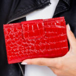 Dámská červená reliéfní peněženka s klopou