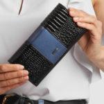Černá a modrá kožená peněženka
