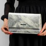 Lakovaná stříbrná spojková taška