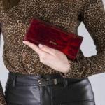 Lakovaná vzorovaná červená peněženka