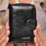 Dámská černá kožená peněženka se sponou