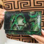Vzorovaná dámská zelená kožená peněženka