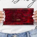 Tmavě červená kožená peněženka se vzorem tygra