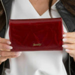 Kožená peněženka v červené lisovací zelenině