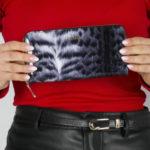 Dámská lakovaná peněženka s potiskem kožešiny