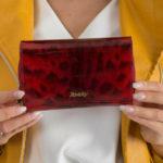Lakovaná peněženka v červeném zvířecím motivu