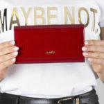 Lakovaná červená kožená peněženka