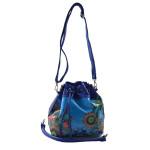 Modrá menší crossbody kabelka s barevným vzorem